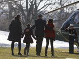 President Barack Obama anf Family Walk on the South Lawn of the White House in Washington Lámina fotográfica