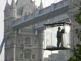 David Blaine, the American Illusionist and Street Magician in Front of Tower Bridge in London Lámina fotográfica
