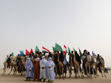 Libyan Camel Riders Holding Flags of Arab Countries Gather to Perform at Sirte Airport Lámina fotográfica