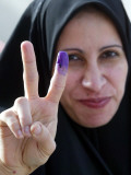 Iraqi Woman Holds Up Her Purple Finger, Indicating She Has Just Voted in Southern Iraq Fotografie-Druck