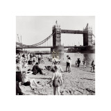 Londoners Relax on Tower Beach, c.1952 Posters af Henry Grant