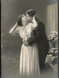 Two Lovers Embrace and Kiss Papier Photo