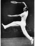 Fred. J. Perry Playing on the Centre Court at Wimbledon Fotografisk tryk