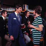 Retro People Drinking in a Public House, 1960s, Retro, Chatting Lámina fotográfica