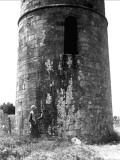 Round Tower in Devon Countryside Lámina fotográfica