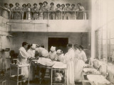 Nurses Watch a Surgical Demonstration from a Balcony Reproduction photographique