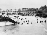 D-Day - British and Canadian Troops Landing - Juno Beach Photographie par Robert Hunt