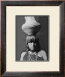 San Ildefonso Girl with Jar Lámina giclée enmarcada por Edward S. Curtis