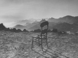 Lone Wooden Chair on Hillside Overlooking the Santa Lucia Mountain Range, California Lámina fotográfica de primera calidad por Nina Leen