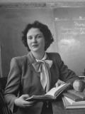 Elementary School Teacher Marjorie Llewellyn Lámina fotográfica de primera calidad por Nina Leen