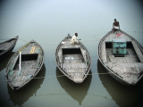 Boats on Ganges River , Varanasi, India Fotografie-Druck von Ami Vitale
