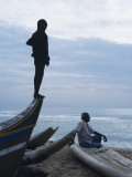 Silhouette of Man and Boy on Beach, Chennai (Madras), India Fotografie-Druck von Ami Vitale