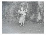 """[Le groupe folklorique de Lagny-sur-Marne, """"La Brie"""". Une femme en costume traditionnel Lámina giclée"""