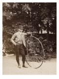 Edouard Eiffel, tenant un bicycle Lámina giclée por Eiffel, Alexandre-Gustave