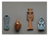 Amulettes : contrepoids en faïence ; coeur en cornaline, pillier djed en faïence ; bouquet en Giclee Print