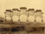 Entrance Gate of the Ming 13 Mausoleums (China) Photographie par John Thomson