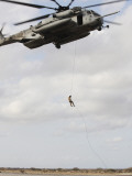 An Air Force Pararescueman Conducts a Combat Insertion and Extraction Exercise in Djibouti, Africa Fotografisk tryk