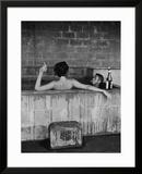 Acteur Steve McQueen en zijn vrouw thuis, in zwavelhoudend bad Ingelijste fotodruk van John Dominis