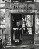 Concierge with Spectacles Kunstdrucke von Robert Doisneau