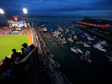 Texas Rangers v San Francisco Giants, Game 1: Boaters and fans congregate in McCovey Cove Reproduction photographique par Doug Pensinger