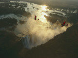 Ultralights Fly over Mile-Wide Victoria Falls on the Zambezi River Fotografisk tryk af Chris Johns