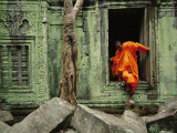 A Monk Emerges from the Doorway of an Angkor Wat Temple Fotografisk tryk af Steve Raymer