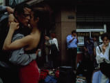 A Passionate Couple Dance the Tango on a South American Street Corner Fotografie-Druck von Pablo Corral Vega