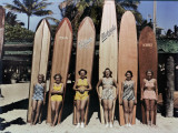 Women Pose in Front of their Surfboards on Waikiki Beach Fotoprint van Richard Hewitt Stewart