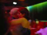 A Couple in a Warm Embrace Dance the Tango Fotografie-Druck von Pablo Corral Vega