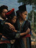 Hmong Girls Cling to Each Other During Social Unrest Lmina fotogrfica por W.E. Garrett