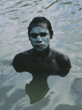 Aboriginal Teen with a Mask of Mud, Swimming in a Billabong Fotografisk tryk af Sam Abell