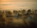 Morning Mist over the Restored Shaker Village at Pleasant Hill Fotografisk tryk af Sam Abell