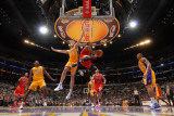 Chicago Bulls v Los Angeles Lakers: Derrick Rose and Pau Gasol Photographie par Andrew Bernstein