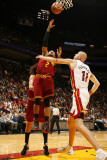 Cleveland Cavaliers v Miami Heat: Mo Williams and Zydrunas Ilgauskas Photographic Print by Issac Baldizon