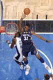 Memphis Grizzlies v Orlando Magic: Hasheem Thabeet and Mickael Pietrus Fotografisk tryk af Fernando Medina