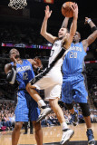 Orlando Magic v San Antonio Spurs: Manu Ginobili, Dwight Howard and Michael Piertrus Fotografisk tryk af D. Clarke Evans