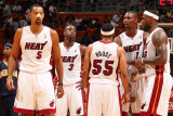 Indiana Pacers v Miami Heat: Juwan Howard, Dwyane Wade, Eddie House, Chris Bosh and LeBron James Fotografie-Druck von Victor Baldizon