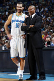 Cleveland Cavaliers v New Orleans Hornets: Peja Stojakovic and Byron Scott Photographic Print by Layne Murdoch