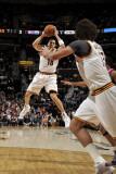 Philadelphia 76ers v Cleveland Cavaliers: Anthony Parker and Anderson Varejao Fotografisk tryk af David Liam Kyle