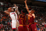 Cleveland Cavaliers v Miami Heat: Dwyane Wade, Daniel Gibson and Anthony Parker Fotografisk tryk af Victor Baldizon