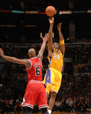 Chicago Bulls v Los Angeles Lakers: Kobe Bryant and Keith Bogans Photographic Print by Noah Graham