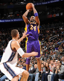 Los Angeles Lakers v New Jersey Nets: Kobe Bryant and Brook Lopez Reproduction photographique par Andrew Bernstein