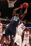 Memphis Grizzlies v Phoenix Suns: Earl Barron and Zach Randolph Photographic Print by Barry Gossage