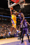 Sacramento Kings v Los Angeles Lakers: Kobe Bryant and Samuel Dalembert Photographie par Andrew Bernstein