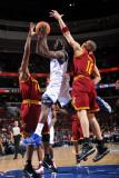 Cleveland Cavaliers v Philadelphia 76ers: Jrue Holiday, Anthony Parker and Leon Powe Fotografisk tryk af Jesse D. Garrabrant