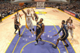 Indiana Pacers v Los Angeles Lakers: Matt Barnes and James Posey Fotografisk tryk af Andrew Bernstein