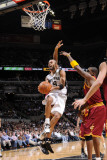 Cleveland Cavaliers v San Antonio Spurs: Tony Parker Fotografisk tryk af D. Clarke Evans