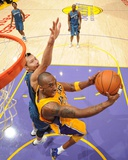 Washington Wizards v Los Angeles Lakers: Kobe Bryant and Yi Jianlian Lmina fotogrfica por Andrew Bernstein
