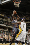 Charlotte Bobcats v Indiana Pacers: Kwame Brown and James Posey Fotografisk tryk af Ron Hoskins