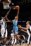 New Orleans Hornets v San Antonio Spurs: Willie Green and Antonio McDyess Lmina fotogrfica por D. Clarke Evans